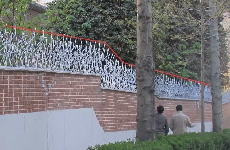 اجرای حفاظ شاخ گوزنی در دیوارهای پلکانی